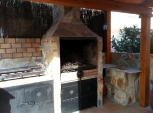 Porche de madera y paelleros