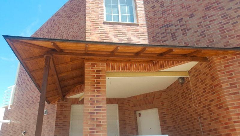 marquesinas de madera en entrada de casa