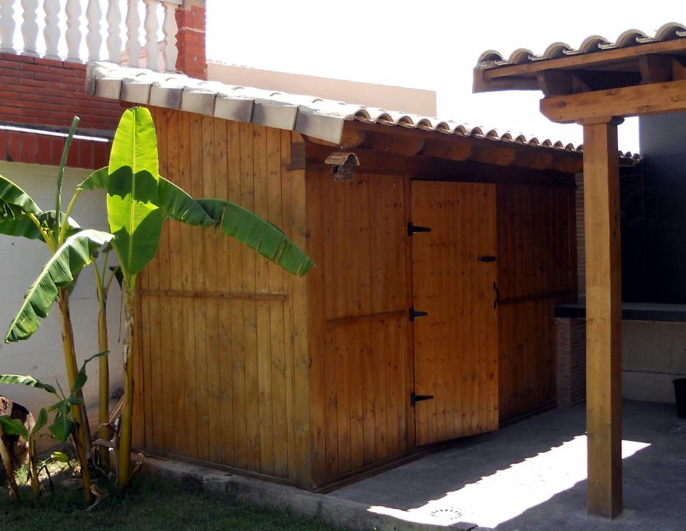 caseta de madera con techos de teja
