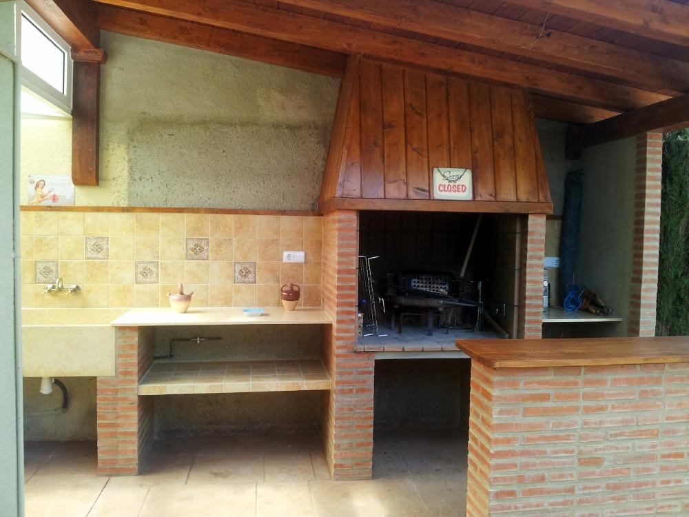 hemos combinado los colores del techo del porche de madera ud color tekaud con con el ladrillo de obra cara vista