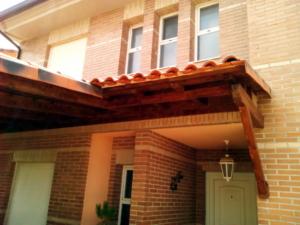 Porche de madera maderas candel for Ventanas para techos planos argentina