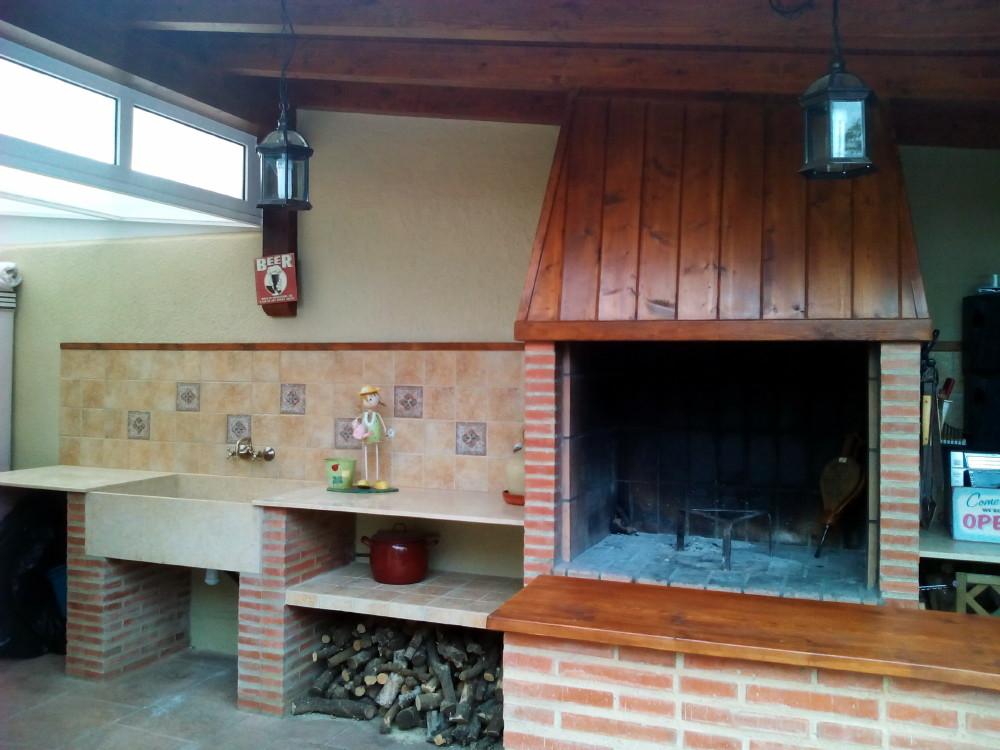 Bancada y pila de mármol en porche