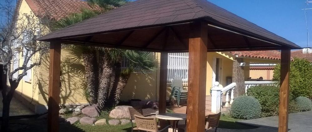 Porche de madera con techo de tégola