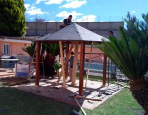 Cenadores de madera y techo de tégola