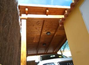 Porche de madera y techo de teja tradicional