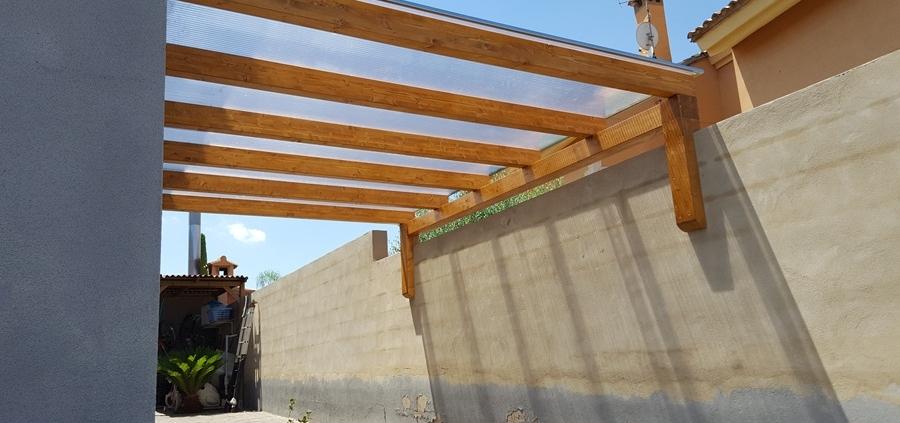 Porche de madera con policarbonato transparente