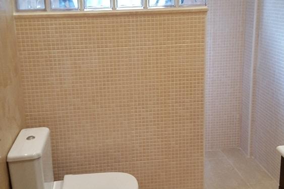 Reforma del plato de ducha en un baño, paredes terminadas con pavesos
