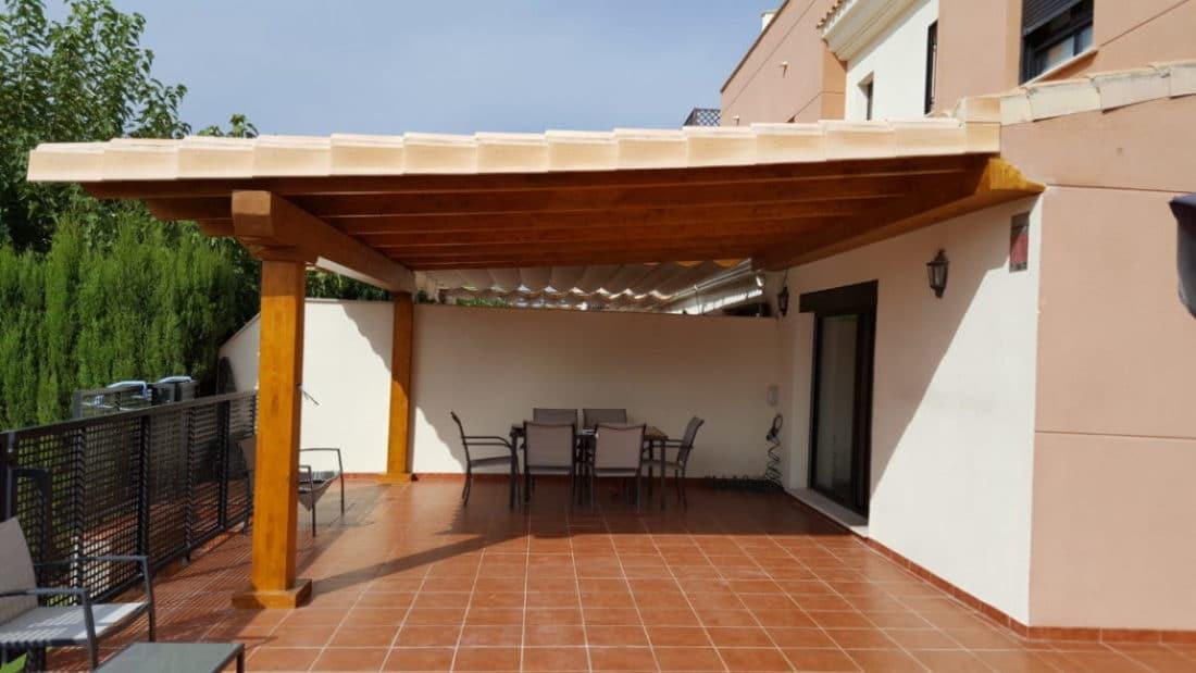 Porche de madera cogido a la pared y techo de teja | Candel, madera ...