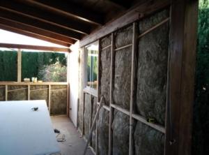Aislante dentro de la cámara, entre la madera exterior y las placas interiores de pladur