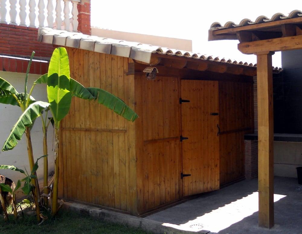Caseta de madera con techo de teja cer mica candel - Casetas madera aki ...