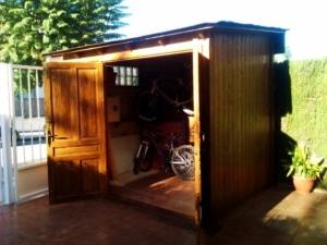 Caseta de madera con techo de tégola, doble puerta