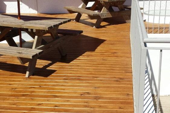 Terraza madera de pino autoclave y barnizada en color castaño