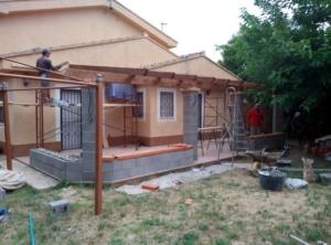 proceso de instalación de las vigas y cargadoras de madera laminada