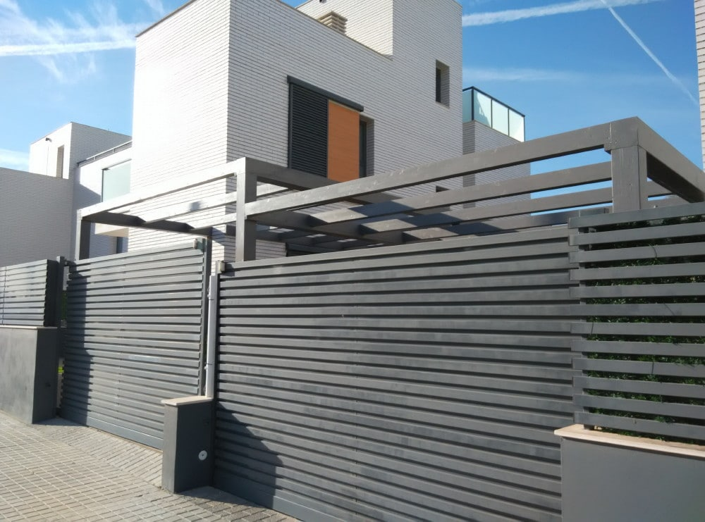 Pérgola-estructura de madera moderna, compartida entre 2 vecinos