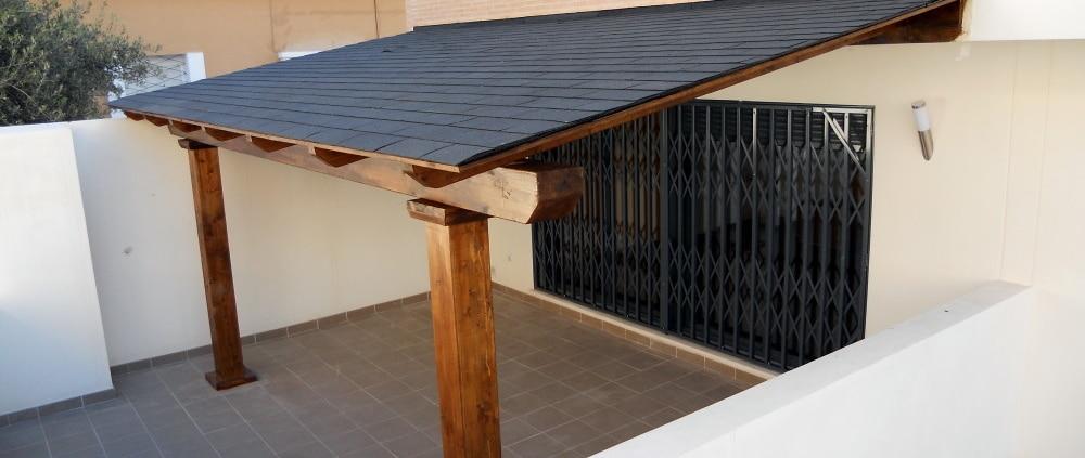 Porche de madera con techo de placas de tégola negras