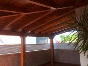 """Vista interior de un porche cogido a pared en """"L"""""""