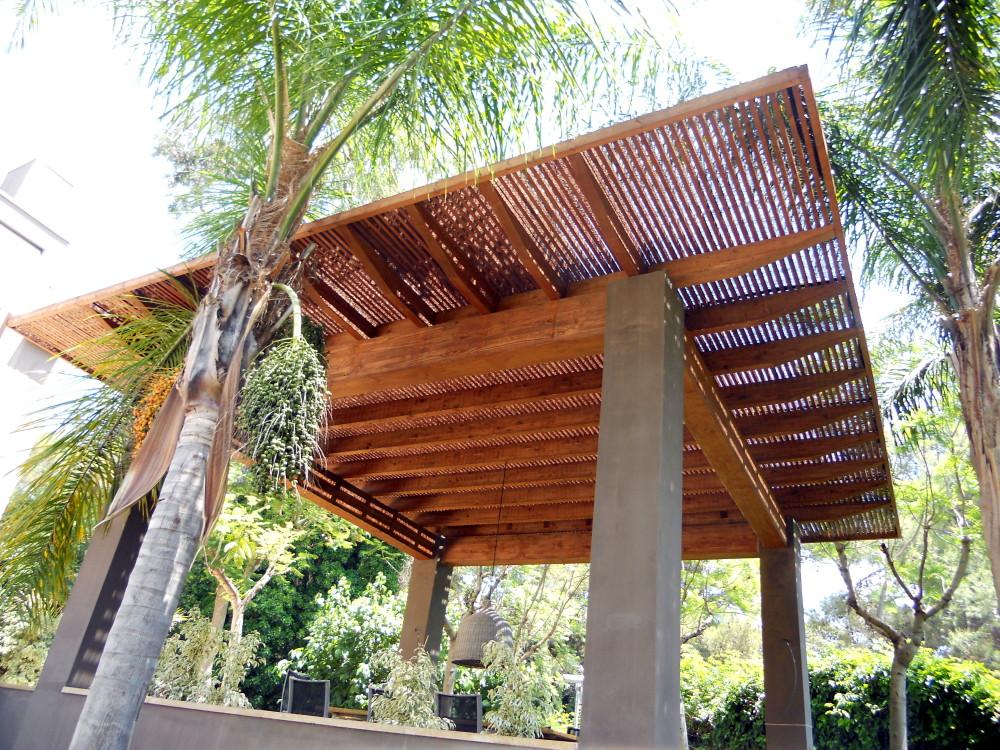 Pérgola de madera con techo de madera alistonado