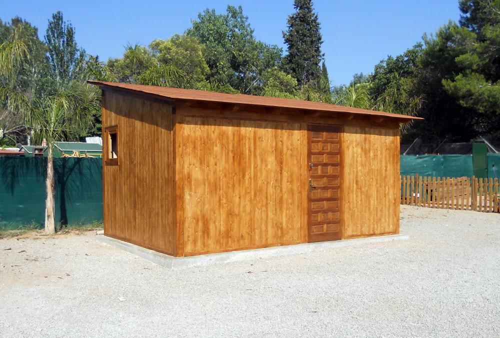 Vista lateral de la caseta de madera terminada