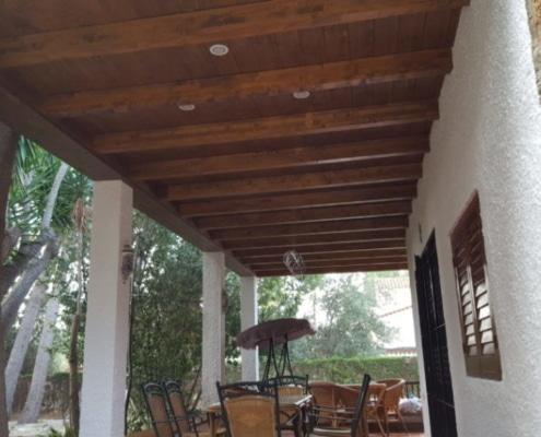 Vigas de madera y techo machihembrado