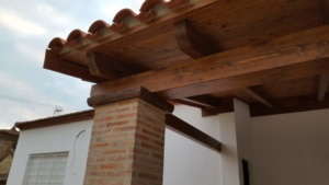 Columna cara vista con capitel de madera