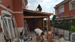 Construcción del porche de madera adosado a la fachada de vivienda
