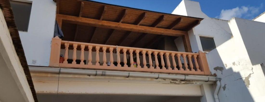Porche de madera con asador en el interior