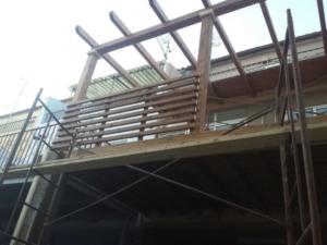 Levantando pérgola y barandilla de madera