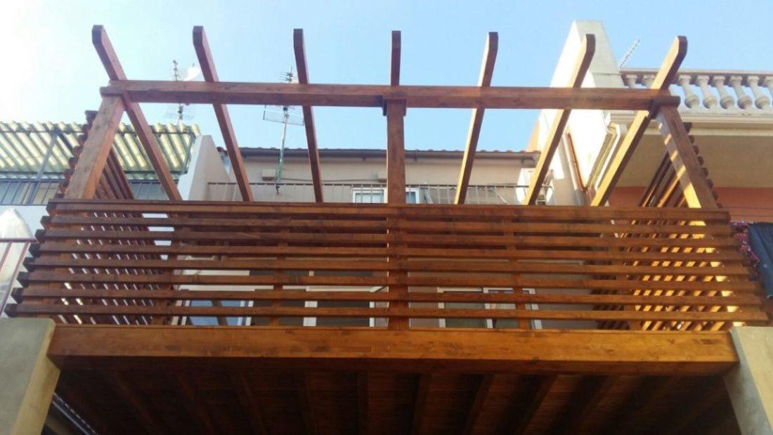 Pérgola en madera sobre un entarimado levantado a 3 metros