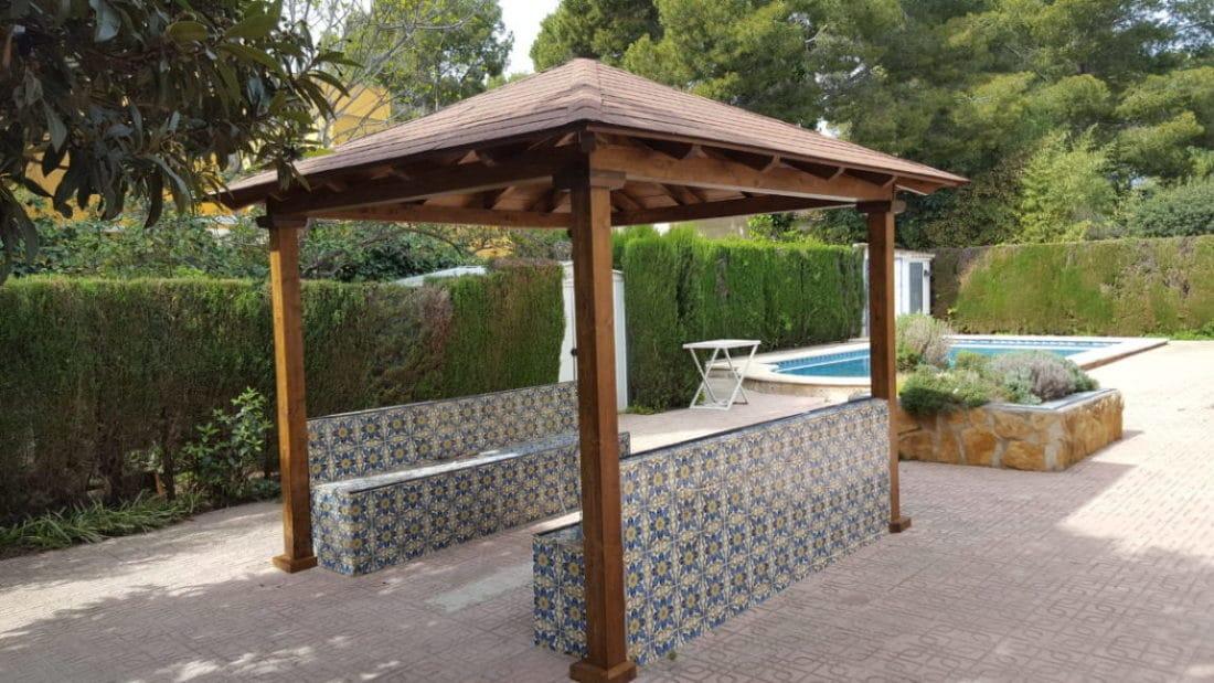 porche a aguas con el techo de placas de tgola teja americana