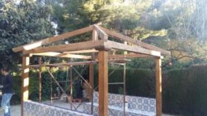 Pérgola a 4 aguas con el techo de placas de tégola (teja americana), a mitad trabajo