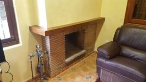 Realización de cornisa volada en madera para la chimenea.