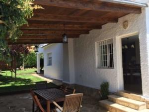 Vigas de madera laminadas falcadas a la fachada de la casa, vista interior del porche de madera.