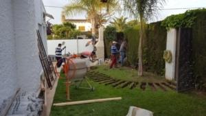 Retiramos los cipreses y la valla metálica y obra.