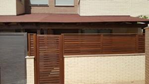Valla de madera tropical y porche de madera 2