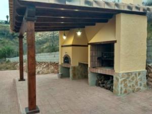 Horno-barbacoa de obra con techo de madera 1