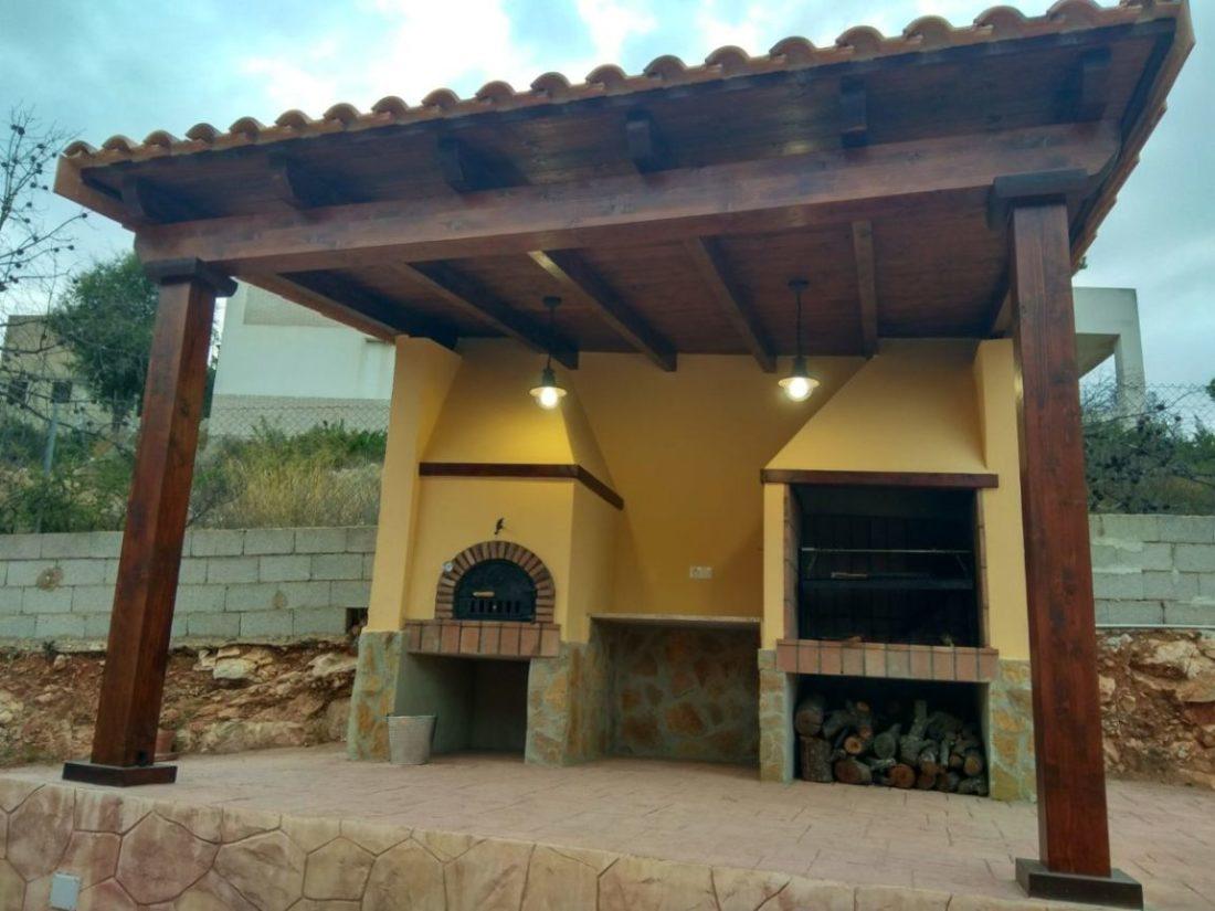 Porche de madera y obra terminado y pintado.