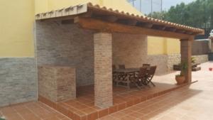 Porche de madera y obra en una terraza de gres 1