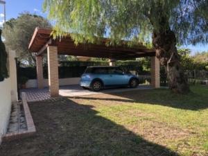 Puerta corredera y porche de madera 1