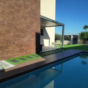 Porche de madera moderno junto a piscina