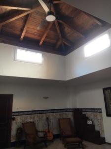 Patio interior cerrado en obra y madera 2
